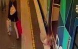 Qatarın hərəkət etməsinə saniyələr qalmış uşaq qatarın altına düşdü - VİDEO