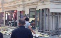 Yasamalda binanın fasadına vurulan daşlar töküldü