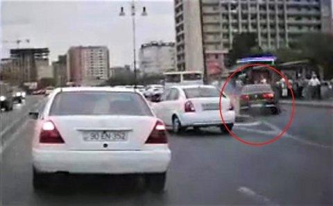 """""""Gənclik"""" metrosunun qarşısında sürücü maşını insanların üstünə belə sürdü - VİDEO"""