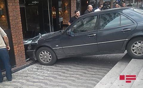 Bakıda avtomobil restorana çırpılıb - FOTO
