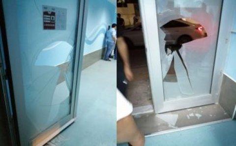 Bakıda stadionda insident: Polisə məhəl qoymadı, yumruqla şüşəni sındırdı – Fotolar