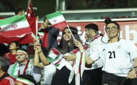 İranda qız stadiona getdiyi üçün təzyiqlə üzləşdi, özünü yandırdı – VİDEO