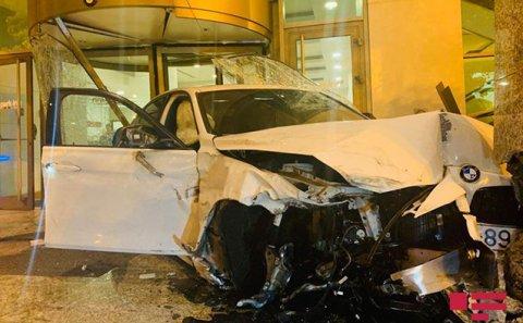 Bakıda BMW məşhur otelə belə çırpıldı - Video+ Fotolar
