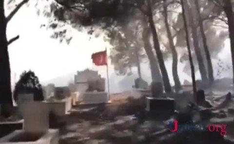 Qəbiristanlıq kül oldu - Şəhidin məzarı və türk bayrağı YANMADI (VİDEO)